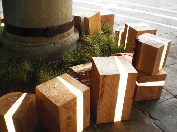 Lampada design per esterni, cubi in legno e micro led